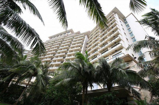 Celý areál je osázený palmami, hotel je tak vidět jen z bezprostřední blízkosti nebo naopak velké dálky, kdy v krajině vyčnívá.