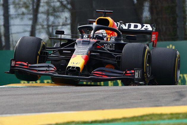 Max Verstappen na cestě k triumfu v Imole.