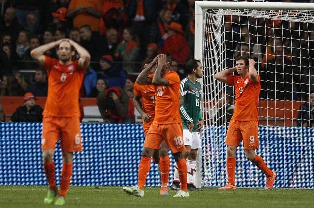 Nizozemští fotbalisté se chytají za hlavu po neproměněné šanci v přípravném duelu s Mexikem. Vpravo je útočník Klaas-Jan Huntelaar, třetí zprava záložník Georginio Weijnaldum.