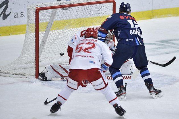 Dávid Gríger z Liberce dává první gól brankáři Třince Jakubu Štěpánkovi.
