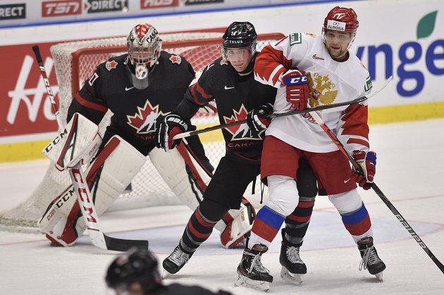 Zleva brankář Joel Hofer z Kanady, Jared McIsaac z Kanady a Alexandr Chovanov z Ruska.