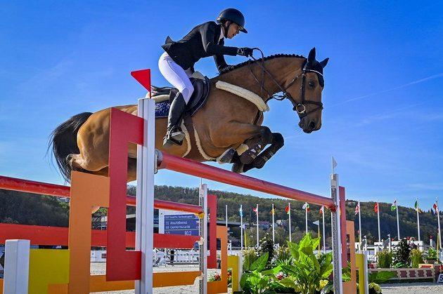 Česká parkurová reprezentantka Anna Kellnerová s koněm Catch Me If You Can Old během nedělní Grand Prix v rámci čtyřdenního podniku CSIO3* CET Prague Cup.