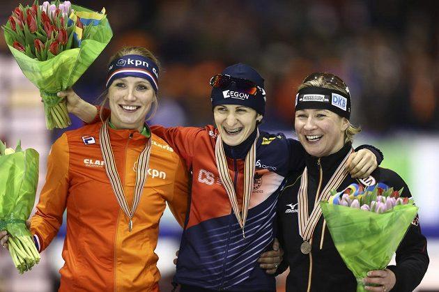 Tři nejlepší rychlobruslařky z trati 5000 m: (Zleva) stříbrná Carlijn Achtereekteová z Nizozemska, vítězka Martina Sáblíková a bronzová Němka Claudia Pechsteinová.