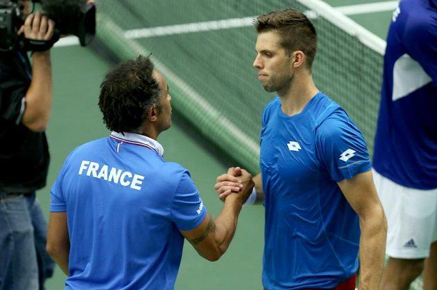 Český tenista Jiří Veselý (vpravo) se zdraví s nehrajícím kapitánem Francouzů Yannickem Noahem po zápase Jo-Wilfriedem Tsongou.