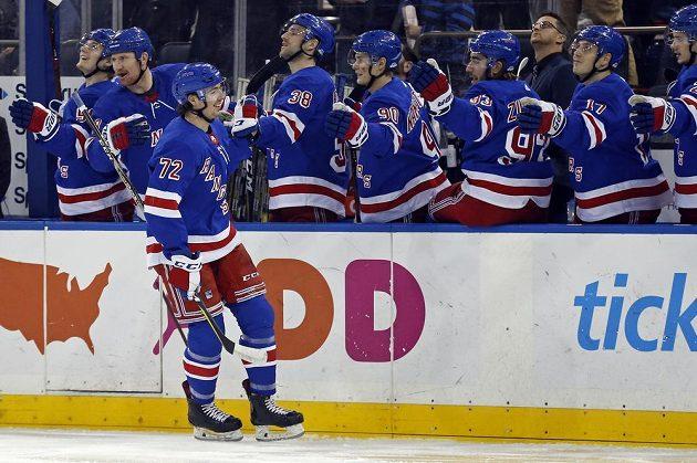 Český hokejový útočník Filip Chytil (72) slaví gól se svými spoluhráči z NY Rangers v derby proti Islanders v NHL.