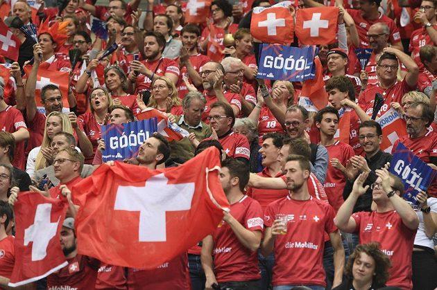 Švýcarští favoušci svůj tým vytrvale povzbuzovali.