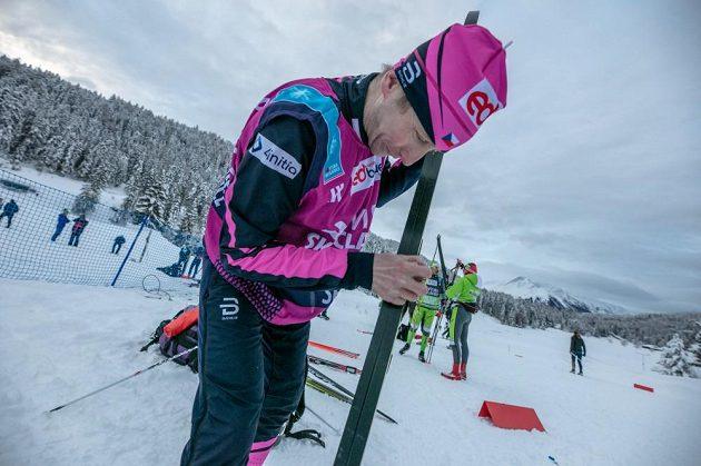 Lukáš Bauer svému týmu šéfuje a současně připravuje i lyže.