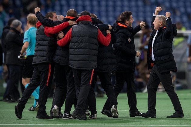 Trenér Sparty Zdeněk Ščasný (vpravo) a realizační tým oslavují vítězství 3:0 a postup do čtvrtfinále Evropské ligy v Římě.