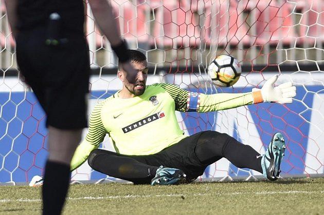 Brněnský brankář a kapitán Dušan Melichárek inkasuje druhý gól v zápase s Mladou Boleslaví.