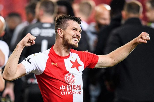 Ondřej Kúdela ze Slavie Praha oslavuje zisk mistrovského titulu během.