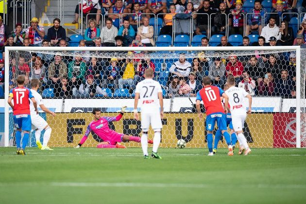 Jakub Plšek (druhý zleva) ze Sigmy proměňuje penaltu proti Plzni.