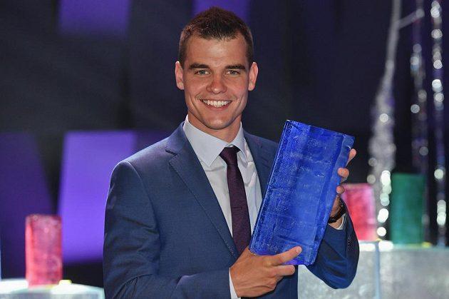 Michal Krčmář s trofejí pro vítěze ankety o nejlepšího českého biatlonistu sezóny 2017/18.