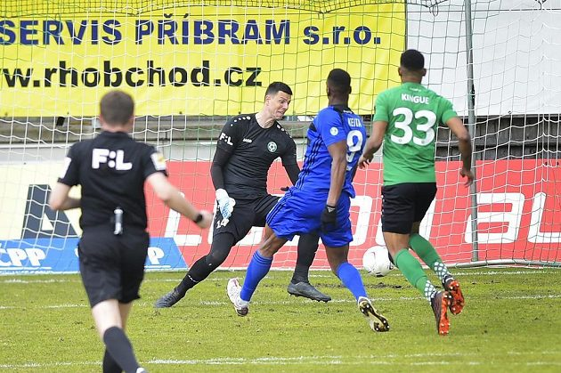 Ibrahim Keita (druhý zprava) z Bohemians střílí gól brankáři Příbrami Jakubu Šimanovi
