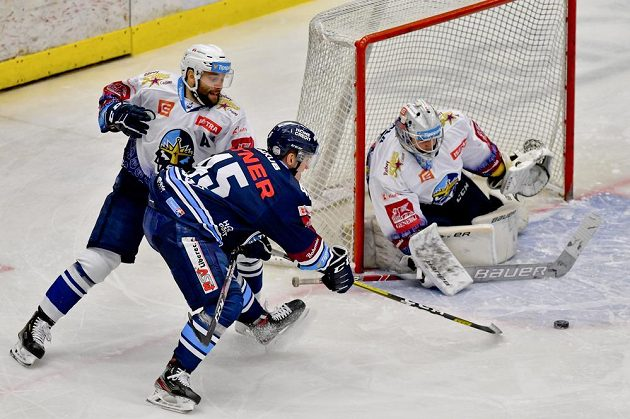 Tomáš Kaut z Kladna, Jan Ordoš z Liberce a brankář Kladna Denis Godla v akci během utkání hokejové extraligy.