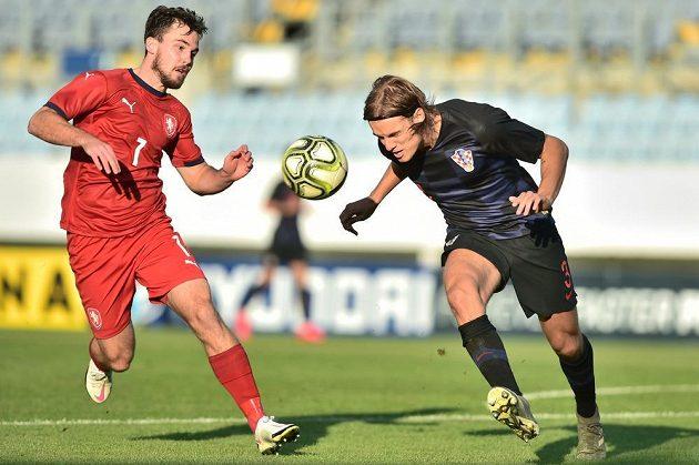 Pavel Bucha (vlevo) v souboji o míč s Bornou Sosou z Chorvatska.