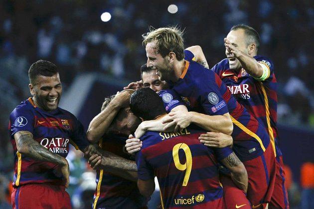 Fotbalisté Barcelony se radují z gólu proti Seville.