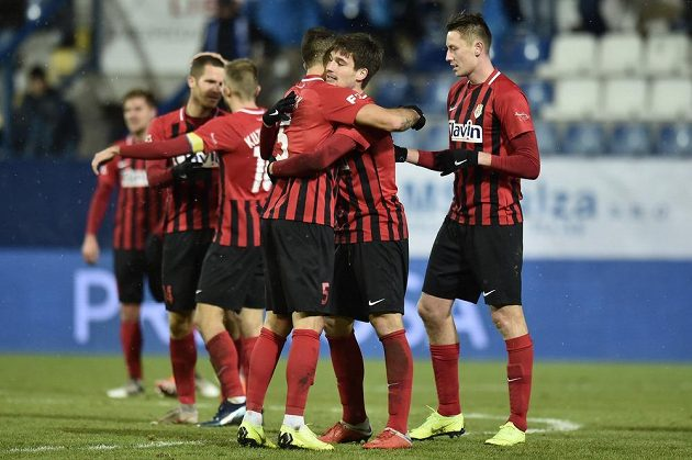 Fotbalisté Opavy prožívají radost z vítězného gólu v Liberci.