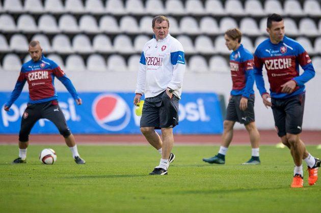 Pavel Vrba sleduje své svěřence na tréninku národního týmu.