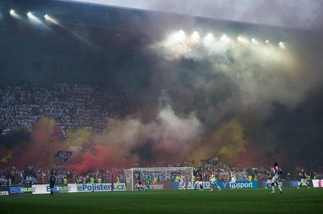 Slávistická tribuna Sever během derby se Spartou.