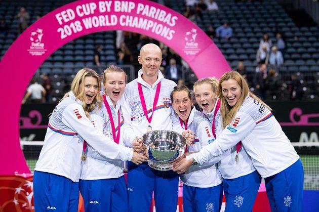Český fedcupový tým (zleva): Lucie Šafářová, Barbora Krejčíková, Petr Pála, Barbora Strýcová, Kateřina Siniaková a Petra Kvitová s trojejí pro vítěze Fed Cupu 2018.