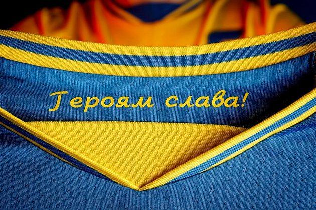 """Nápis """"Sláva hrdinům"""" se Rusům nelíbil, UEFA ho v kontextu s historickými souvislostmi zakázala."""