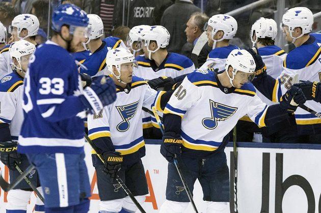 Útočník St. Louis Blues Brayden Schenn (10) slaví v utkání NHL gól.