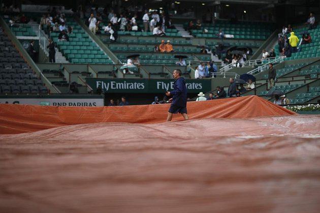 Středeční večerní program na Roland Garros narušil déšť.