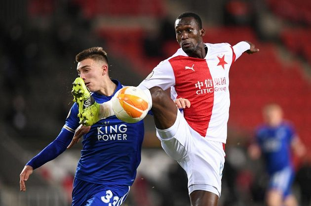 Obránce Leicesteru City Luke Thomas bojuje o míč s Abdallahem Simou v utkání Evropské Ligy na Slavii.