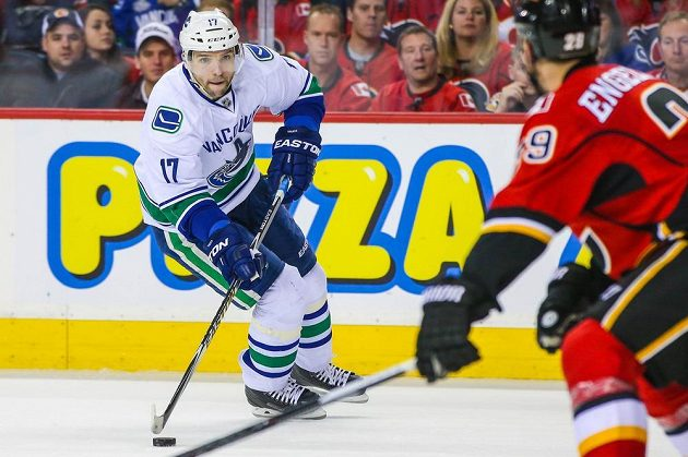 Křídelník Radim Vrbata zvyšoval v šestém utkání s Calgary vedení Canucks už na 3:0, ani to ale Vancouveru sezónu neprodloužilo.