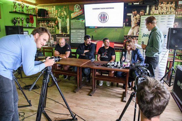 Pozdvižení v 1. A třídě! Fotbalový útočník Martin Fenin (druhý zprava), starosta Pavel Novotný, trenér a sponzor během tiskové konference FK Řeporyje.