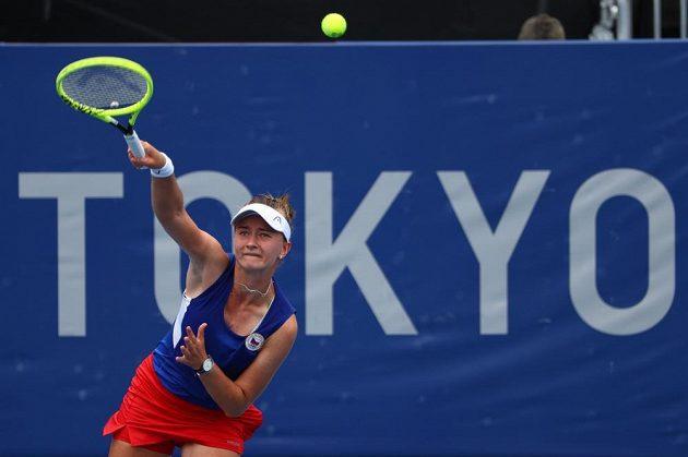 Barbora Krejčíková při střetnutí s Leylah Fernandezovou z Kanady.