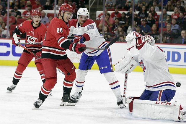 Gól! Útočník Caroliny Hurricanes Martin Nečas (88) střílí gól v utkání NHL do sítě Montrealu Canadiens.
