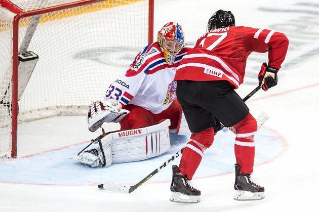 Kanadský útočník Connor McDavid před českým brankářem Pavlem Francouzem během přípravného zápasu v O2 areně.
