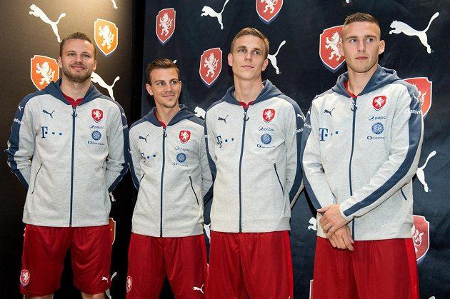 Zleva Michal Kadlec, Vladimír Darida, Bořek Dočkal a Pavel Kadeřábek během představení nového reprezentačního oblečení 9. listopadu 2015 v Praze.