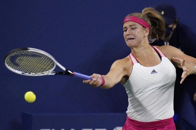 Karolína Muchová při utkání s Běloruskou Viktorií Azarenkovou v osmifinále US Open.