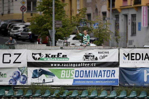 Fanoušek Bohemians za plotem vršovického stadionu.