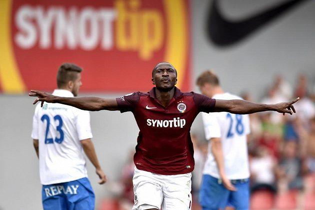 Sparťanský útočník Kehinde Fatai slaví gól v síti Baníku Ostrava.