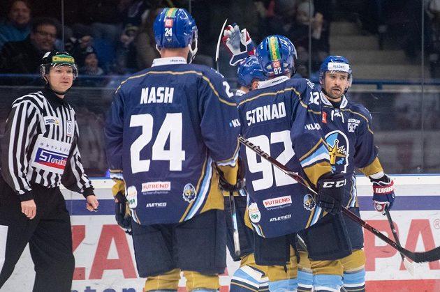 Tomáš Plekanec (vpravo) oslavuje se spoluhráči gól na 1:0 ve svém prvním zápase po návratu z NHL.