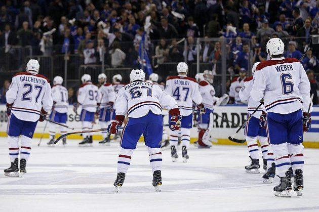 Zklamaní hokejisté Montrealu po prohře s New Yorkem Rangers.