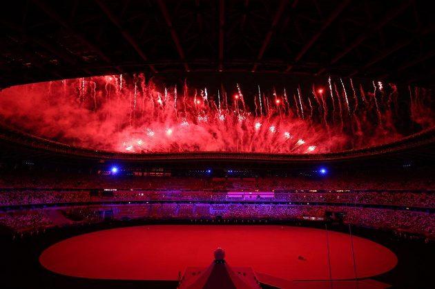 Ohňostroj během zahajovacího ceremoniálu LOH 2021 v Tokiu.