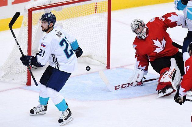 Gólman Kanady Carey Price (vpravo) překonán. Raduje se Slovák v dresu Výběr Evropy Tomáš Tatar (vpravo).