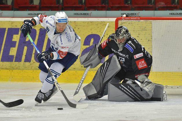 Karlovy Vary hostí na svém ledě Plzeň. Zleva Michal Bulíř a brankář Filip Novotný.
