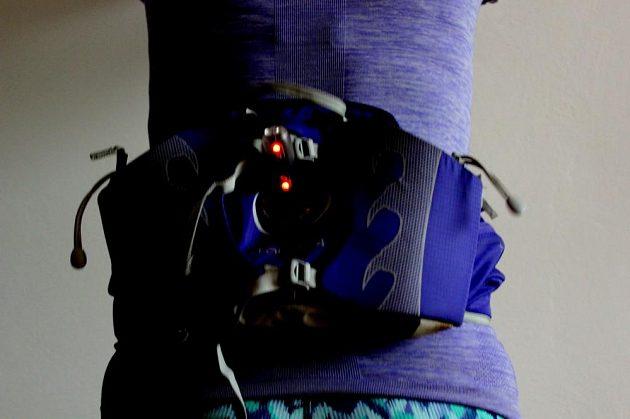 Běžecká bezbateriová blikačka Kalenji Motion Light - když vás přepadne tma, blikačka už bude připravena do služby (zde uchycená na ledvince).