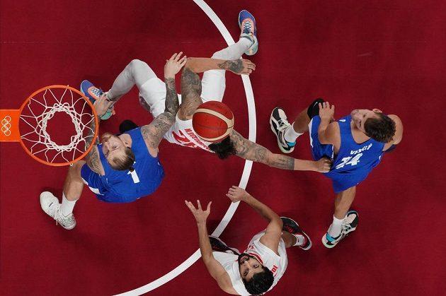 Íránec Mike Rostampour a čeští basketbalisté Patrik Auda (vlevo) a Jan Veselý (vpravo).