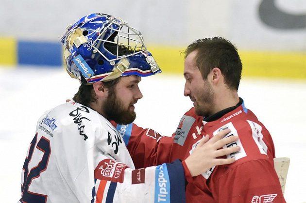Brankáři Patrik Bartošák (vlevo) z Vítkovic a třinecký Šimon Hrubec se zdraví na konci zápasu