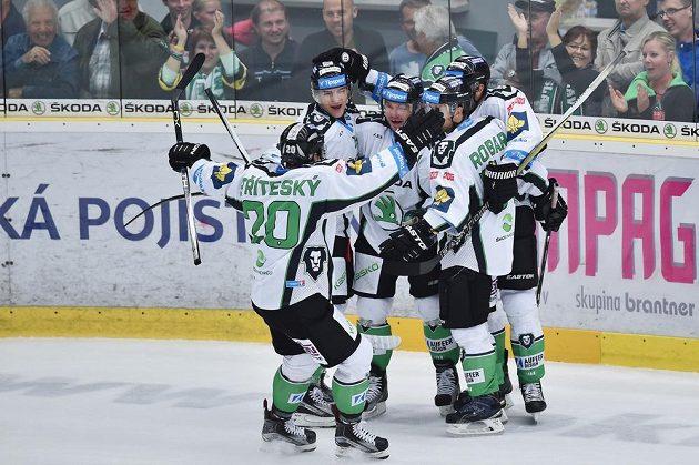Boleslavští hokejisté se radují z vyrovnávacího gólu proti Pardubicím.