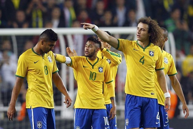 Brazilci zleva Casemiro, Neymar a David Luiz slaví vítězství v Turecku.