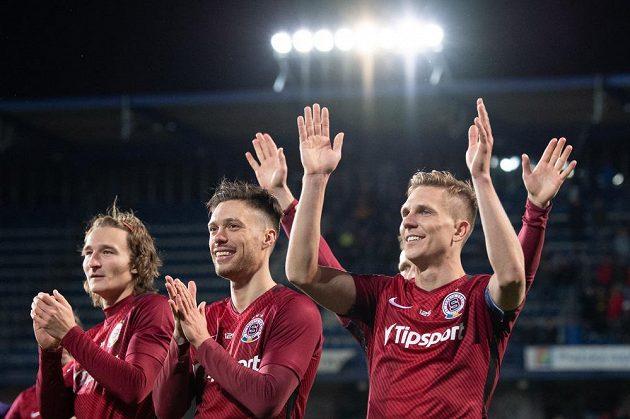 Fotbalisté Sparty Praha (zleva) Matěj Hanousek, Václav Kadlec a Bořek Dočkal děkují fanouškům po vítězství nad Plzní.