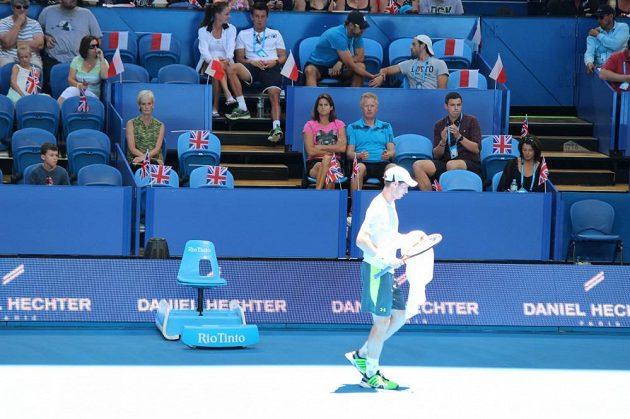 Tenista Andy Murray pod dohledem své matky Judy (vlevo) a trenérky Amélie Mauresmové.