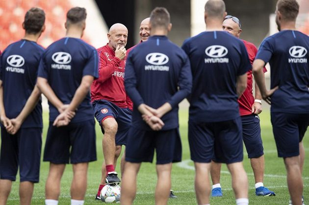 Trenér Karel Jarolím hovoří k týmu během tréninku české fotbalové reprezentace.